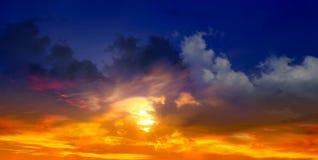 Ciel bleu dans le coucher du soleil Photographie stock