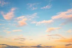 Ciel bleu dans le coucher du soleil avec le clound Images stock