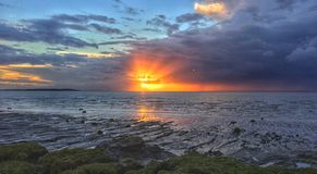 Ciel bleu de boue de plage du soleil de mer de coucher du soleil de Clevedon image stock