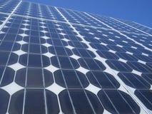 Ciel bleu de cellules photovoltaïques de panneau solaire Images libres de droits