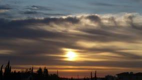 Ciel bleu de coucher du soleil nuageux Photographie stock