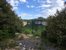 ciel bleu de falaises vertes Photographie stock libre de droits
