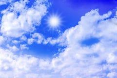 Ciel bleu de fond avec les nuages blancs Photos libres de droits