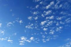Ciel bleu de fond avec les nuages blancs Photographie stock libre de droits