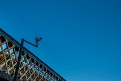 Ciel bleu de fond de système de télévision en circuit fermé photographie stock libre de droits