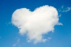 ciel bleu de forme de coeur de nuage Photos libres de droits