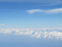 Ciel bleu de haut nuage Image libre de droits