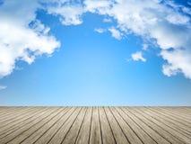 Ciel bleu de jetée en bois Image libre de droits