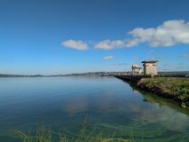 Ciel bleu de lac images libres de droits