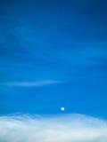 Ciel bleu de lune de jour Images libres de droits