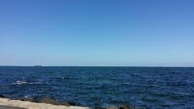 Ciel bleu de mer bleue Photos libres de droits