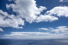Ciel bleu de nuages Images stock