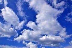 Ciel bleu de nuages gonflés Image libre de droits