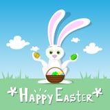 Ciel bleu de Pâques de carte de Bunny Hold Eggs Basket Spring de paysage de lapin heureux d'herbe verte Image stock