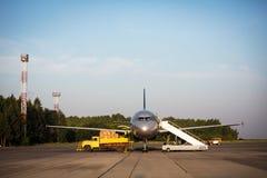 Ciel bleu de piège d'avion de charge Image libre de droits