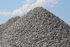 Ciel bleu de pile de roche de gravier Photographie stock