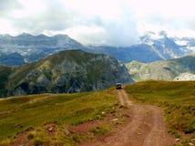 Ciel bleu de Pyrénées d'itinéraire du paysage 4x4 de montagne Photographie stock