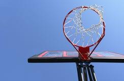 Ciel bleu de réseau de cercle de basket-ball photographie stock