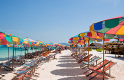 Ciel bleu de sable d'arainst blanc tropical de plage Îles de Similan, Phu Photo stock