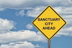 Ciel bleu de signe de précaution - ville de sanctuaire en avant images stock