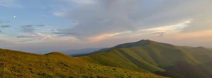 Ciel bleu de soirée au-dessus d'arête herbeuse de montagne Images stock