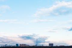 Ciel bleu de soirée au-dessus des maisons urbaines au printemps Images stock