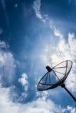 Ciel bleu du soleil de ciel d'antenne parabolique Images libres de droits