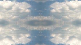 Ciel bleu en été avec de beaux cumulus Rapidement timelapse avec l'effet de réflexion avec un effet de réflexion banque de vidéos