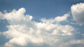 Ciel bleu en été avec de beaux cumulus banque de vidéos