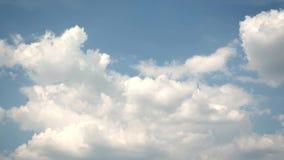 Ciel bleu en été avec de beaux cumulus Rapidement timelapse clips vidéos