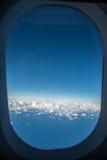 Ciel bleu en dehors de la fenêtre de la mouche d'avion d'air au-dessus de Sydney, Australie Photos libres de droits