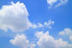 Ciel bleu ensoleillé vibrant avec les nuages pelucheux blancs image libre de droits