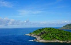 Ciel bleu et île thaïlandaise Images libres de droits
