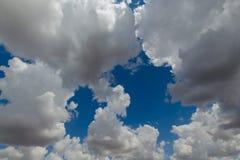 Ciel bleu et beau, cumulus, lumière du soleil photographie stock libre de droits