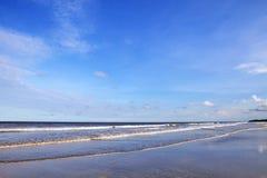 Ciel bleu et côte Photo stock