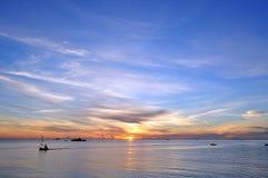 Ciel bleu et coucher du soleil d'océan Images libres de droits