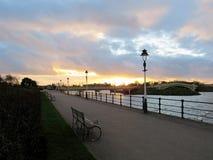 Ciel bleu et d'or d'heure au coucher du soleil dans le southport photos libres de droits