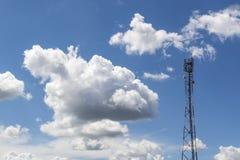 Ciel bleu et ciel de nuages, tour de communication photographie stock
