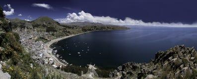 Ciel bleu et eau de compartiment de copacabana de titicaca de lac Image stock