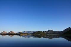 Ciel bleu et eau de lac Skadar Photographie stock libre de droits