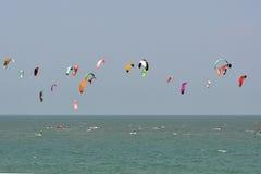Ciel bleu et kitesurf en Thaïlande photographie stock libre de droits