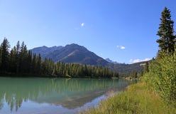 Ciel bleu et la rivière d'arc Images stock