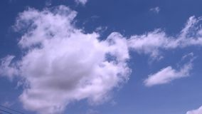 Ciel bleu et le mouvement de beaux nuages blancs banque de vidéos