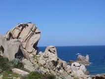Ciel bleu et mer étonnante, roches de granit avec la végétation méditerranéenne, vallée de lune, della Luna, Testa de capo, Santa Images stock