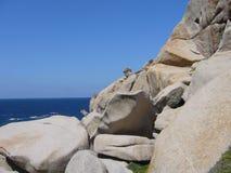 Ciel bleu et mer étonnante, roches de granit avec la végétation méditerranéenne, vallée de lune, della Luna, Testa de capo, Santa Photographie stock