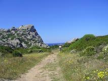 Ciel bleu et mer étonnante, roches de granit avec la végétation méditerranéenne, vallée de lune, della Luna, Testa de capo, Santa Photos stock