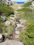 Ciel bleu et mer étonnante, roches de granit avec la végétation méditerranéenne, vallée de lune, della Luna, Testa de capo, Santa Image libre de droits