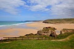 Ciel bleu et mer BRITANNIQUES du nord de Perranporth les Cornouailles Angleterre photographie stock libre de droits