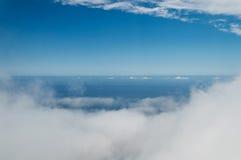 Ciel bleu et mer de brouillard Image libre de droits