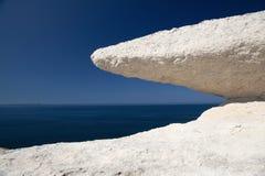Ciel bleu et mer en pierre blancs érodés de roche de craie Photos stock